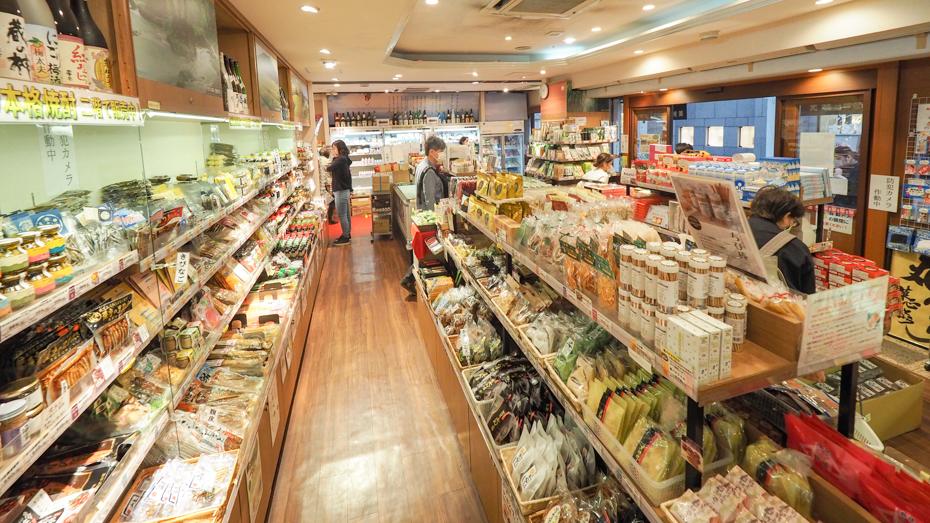 鹿児島の選りすぐりの特産品・お土産が並ぶ かご市店内