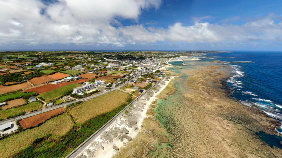 沖永良部-サンゴのリーフと赤土の農地